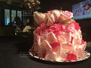 テーブルの上のピンクの花で一杯の花瓶の写真・画像素材[858957]
