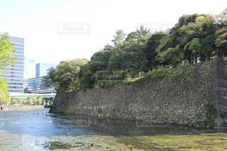 バック グラウンドで市と川の写真・画像素材[864565]