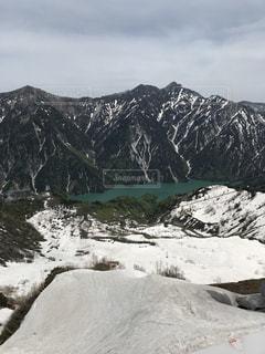 近く雪に覆われた山の写真・画像素材[1238259]