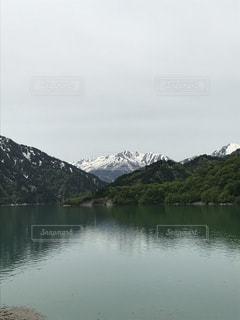 背景の山と水の大きな体の写真・画像素材[1238260]