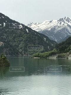 背景の山と湖の写真・画像素材[1238261]