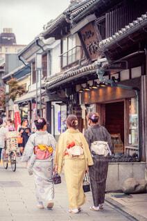 歩道を歩いている人々のグループの写真・画像素材[3679423]