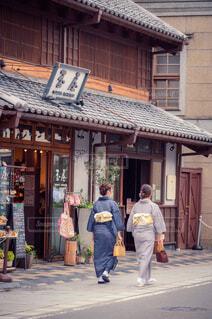 建物の前の通りを歩いている人々のグループの写真・画像素材[3679425]