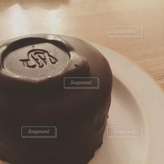 皿の上のチョコレート ケーキの写真・画像素材[997654]