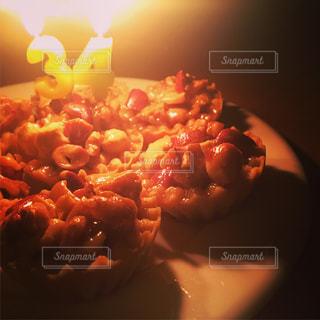 近くのテーブルの上に食べ物をの写真・画像素材[1716407]