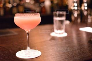 近いテーブルに座ってワイン グラスのアップの写真・画像素材[760146]