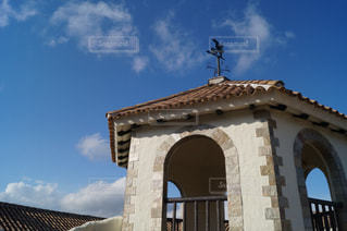 建物の前に大きな時計塔の写真・画像素材[1015829]