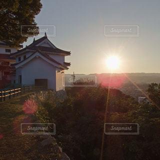 背景が夕日のお城の写真・画像素材[851626]