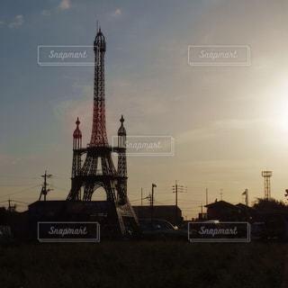 街にそびえる大きな塔の写真・画像素材[851656]