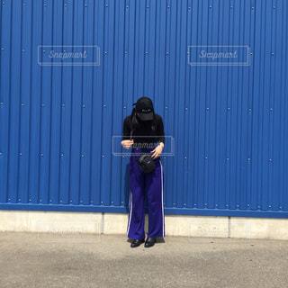 建物の前に立っている人の写真・画像素材[856841]