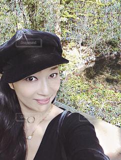 自撮り 庭園 楽しい 笑顔 女 帽子の写真・画像素材[610973]