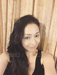自撮り 黒ドレス 笑顔の写真・画像素材[610976]