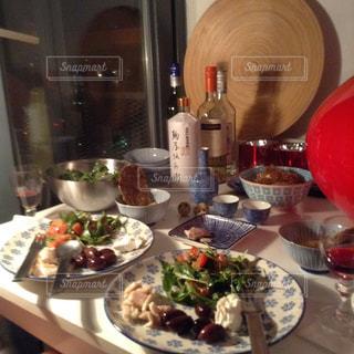 ヨーロッパ アムステルダム 夕食 友人 家 ステーキ ワイン お土産 焼酎 カラフルの写真・画像素材[610995]