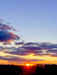 黄金色 夕焼け 空 太陽 月 癒し 美しい 景色の写真・画像素材[612287]