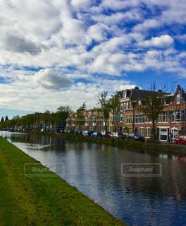 旅行 散策 運河 アヒル 建築 青空 穏やか 暮らし ヨーロッパ オランダ アムステルダム 午後ヨーロッパの写真・画像素材[612288]