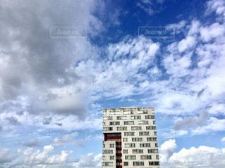 高層建築物 青空 有名 建築 スポット 旅行 ヨーロッパオランダ アムステルダム 美しい 空 雲の写真・画像素材[612293]