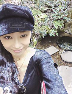 自撮り 楽しい 黒ドレス パールHappy smile  me 帽子 - No.618153