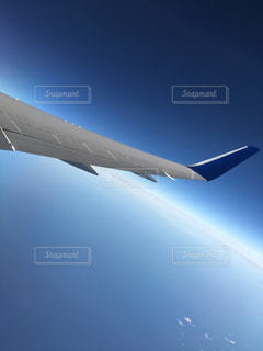 青い空を飛ぶ大型旅客機の写真・画像素材[769342]