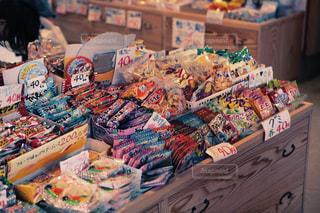 テーブルの上に食べ物の種類でいっぱいのボックスの写真・画像素材[1281904]