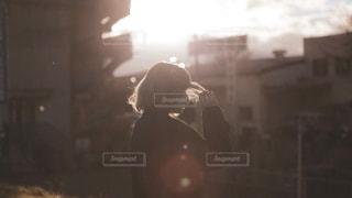 暗闇の中で立っている人の写真・画像素材[1681615]