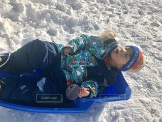 雪のボードに乗る人の写真・画像素材[956968]