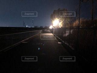 夜にライトアップされた道の写真・画像素材[2876624]