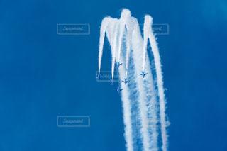 青い空を飛んでいるブルーインパルスの写真・画像素材[889246]