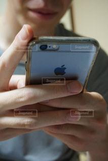 携帯電話を持つ手の写真・画像素材[1367771]