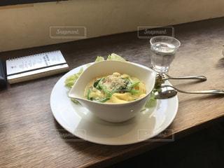 テーブルの上の皿の上に食べ物のボウル - No.962406