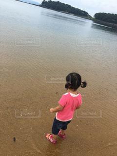 ビーチでフリスビーを投げる少年の写真・画像素材[721794]
