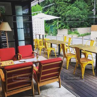 カフェのテラス席に並ぶカラフルなテーブルの写真・画像素材[1023822]