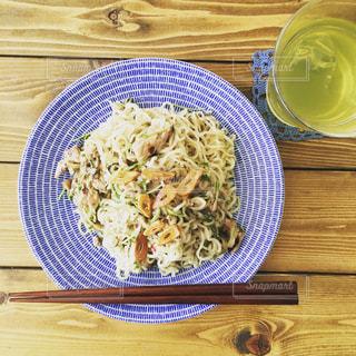 木製のテーブルの上に食べ物のプレートの写真・画像素材[1023829]