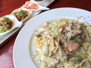 テーブルの上に食べ物のプレートの写真・画像素材[824421]