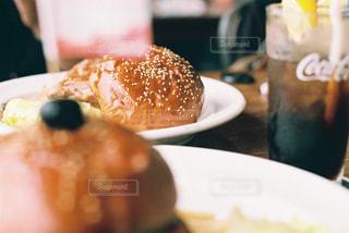 近くのテーブルの上に食べ物のプレートの写真・画像素材[754268]