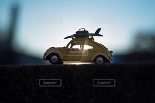 近くにおもちゃの車のアップの写真・画像素材[903281]