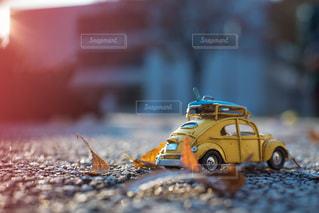 近くにおもちゃの車のアップの写真・画像素材[903282]