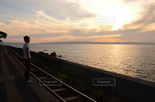 水の体に沈む夕日の写真・画像素材[824131]