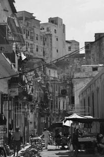 忙しい街の通りの黒と白の写真 - No.824205