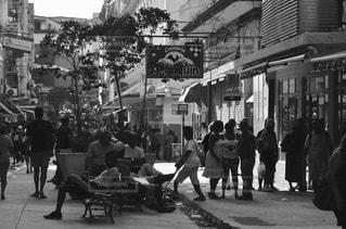 街の通りを歩いている人のグループの写真・画像素材[824206]