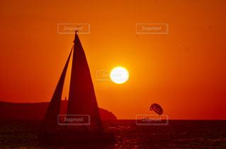 水の体に沈む夕日の写真・画像素材[1200220]