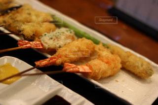 テーブルの上に食べ物のプレートの写真・画像素材[978717]