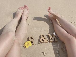 ビーチに座っている女性の写真・画像素材[1210355]