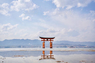 背景の山と水の大きな体の写真・画像素材[1120839]