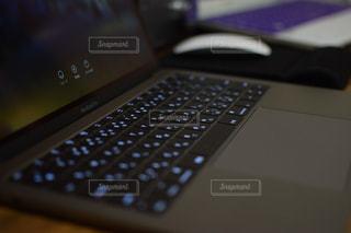近くにコンピューターのキーボードのの写真・画像素材[743017]