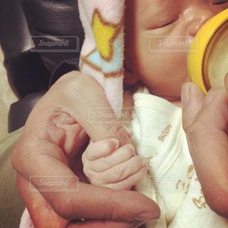 指を握る赤ちゃんの写真・画像素材[850804]