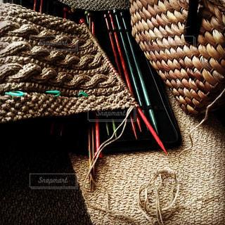 秋色のケーブルニットと、カラフルな編み針の写真・画像素材[618065]