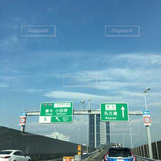 道路の上の緑色の記号の写真・画像素材[734507]