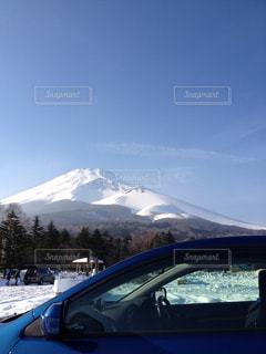 雪に覆われた山の中腹に駐車 - No.736114