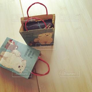 テーブル上の紙袋の写真・画像素材[736822]