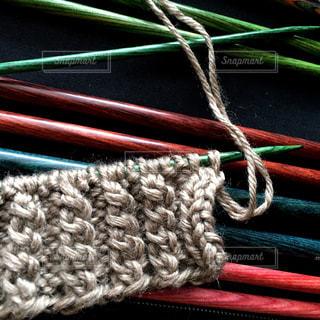 カラフルな編み針と秋色毛糸の写真・画像素材[927882]